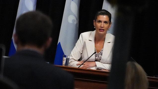 Geneviève Guilbault assise durant une conférence de presse.