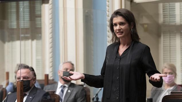 Geneviève Guilbault est debout à l'Assemblée nationale durant la période de questions.