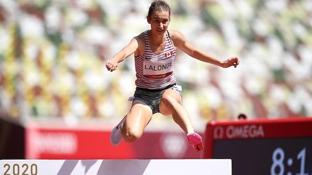 Geneviève Lalonde en plein saut durant sa course.