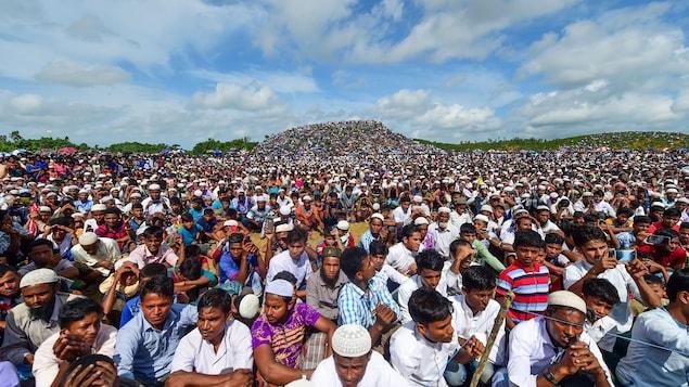 Une foule compact d'hommes dans un camp de rohingyas.