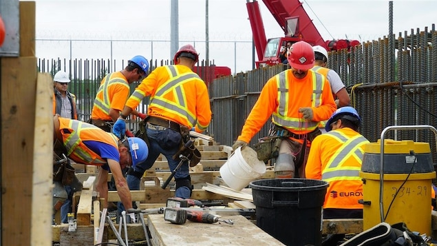 Des travailleurs construisent les modules Canstor à l'extérieur de la centrale nucléaire Gentilly-2.