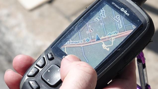 Un homme tient un GPS.