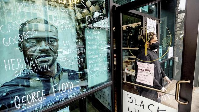 Un café affichant dans sa vitrine une peinture de George Floyd.