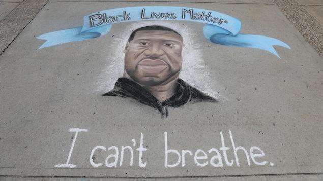 Un dessin de George Floyd à la craie sur le trottoir avec un bandeau Black Lives Matter et le slogan I can't breathe