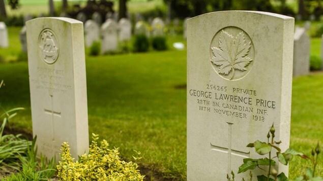 Une pierre tombale sur laquelle il est écrit «256265 PRIVATE, GEORGE LAWRENCE PRICE, 28TH CANADIEN INF., 11TH NOVEMBER 1918».