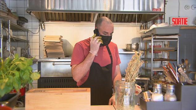 Le cuisinier parle au téléphone.