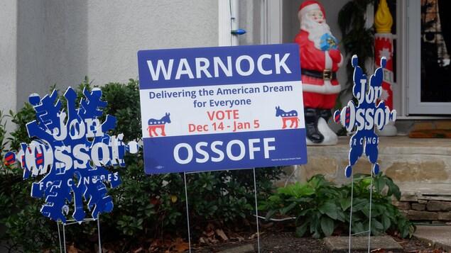 Des affiches électorales devant une résidence de Georgie.