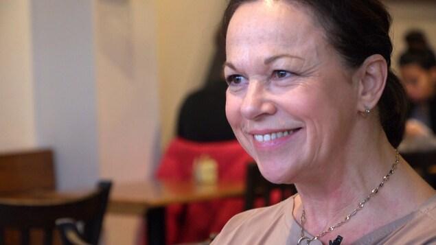 L'ex-candidate libérale Gertrude Bourdon, en entrevue dans un café de Québec