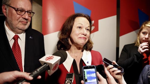 La candidate libérale lors d'un point de presse après l'annonce des résultats dans Jean-Talon avec à sa gauche le chef libéral par intérim, Pierre Arcand