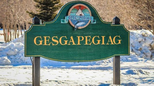 Le panneau d'accueil entouré de neige, à l'entrée de la communauté.