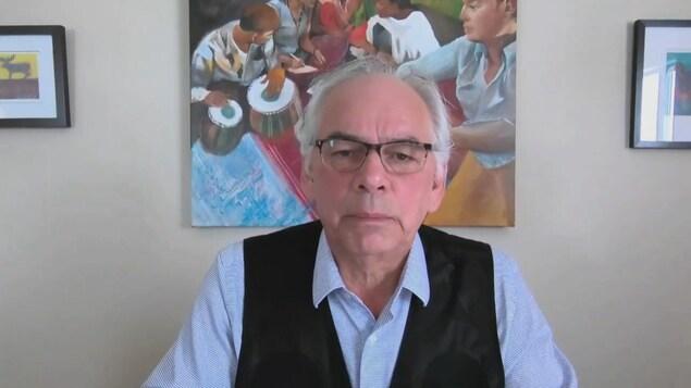 Un homme accorde une entrevue par visioconférence.