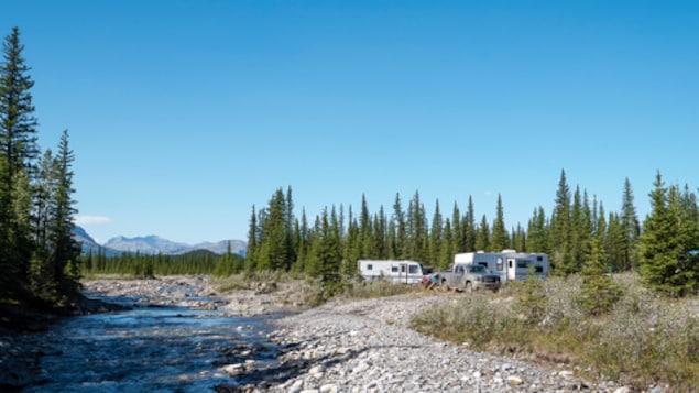 Des campeurs installés près d'un point d'eau dans la zone du bassin versant de la rivière Ghost.