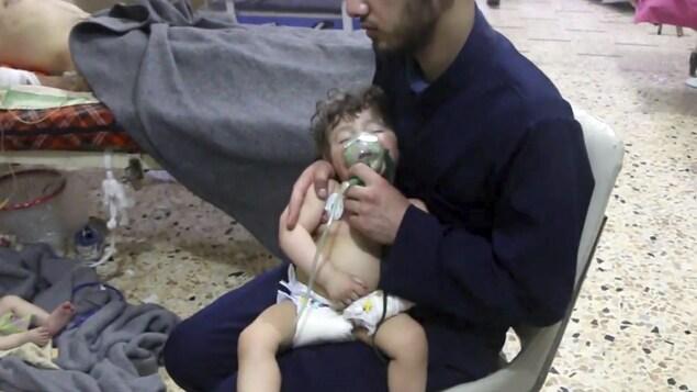 Un travailleur médical donne de l'oxygène à un enfant.