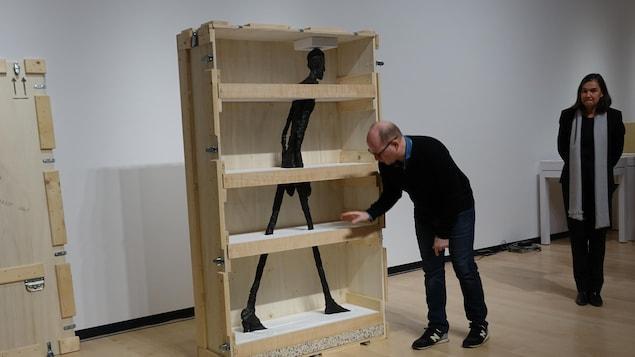 Une des oeuvres de Giacometti dans une caisse de bois.