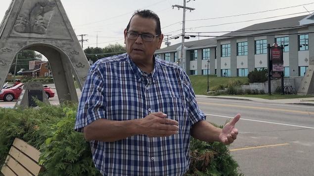 Le chef du conseil de bande de Mashteuiatsh, Gilbert Dominique, accorde une entrevue à Radio-Canada.