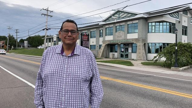 Gilbert Dominique devant le bâtiment du Conseil de bande de Mashteuiatsh.