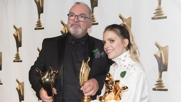 Gildor Roy et Sarah-Jeanne Labrosse posent avec leurs statuettes dans la salle de presse.