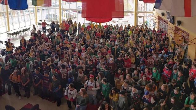 Des centaines de jeunes portant des gilets de hockey