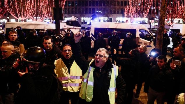 Quelques gilets jaunes manifestent à Paris.