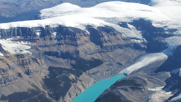 Une vue d'avion du glacier Saskatchewan