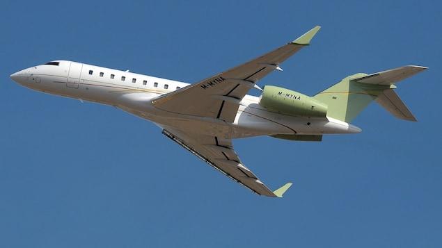 On voit l'avion dans le ciel.