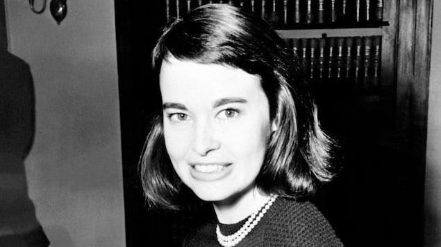 Portrait en noir et blanc de Gloria Vanderbilt quand elle était jeune.