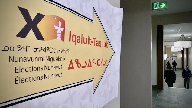Une affiche pointe vers le bureau de vote de la circonscription d'Iqaluit-Tasiluk, à l'hôtel Frobisher Inn d'Iqaluit, lors des élections territoriales du lundi 25 octobre 2021, au Nunavut.