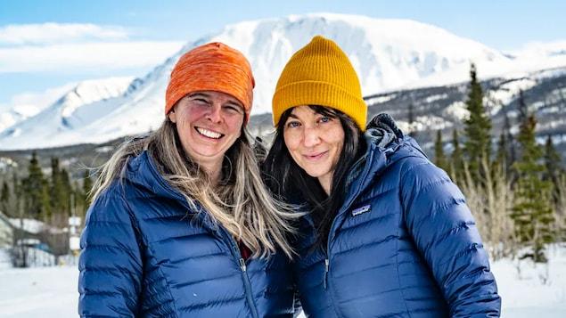Pascale Marceau et Eva Capozzola posent au pied d'une montagne.