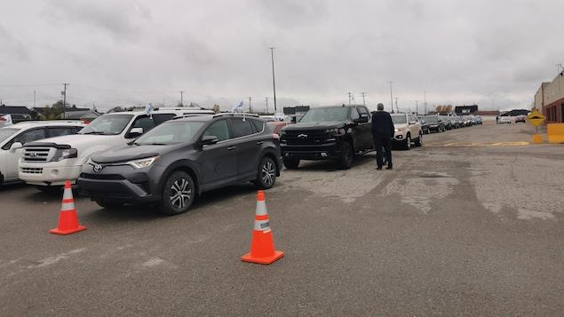 Des voitures dans un stationnement.