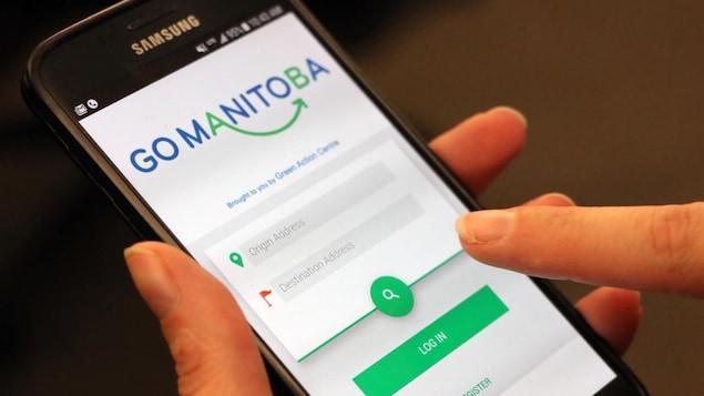 L'application mobile GoManitoba sur un téléphone intelligent.