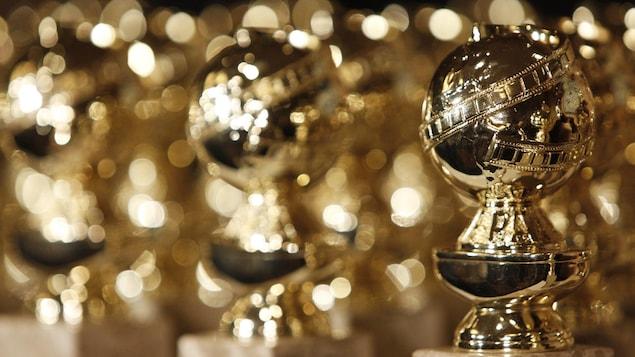 Une photo montrant de nombreuses statuettes dorées, les Golden Globes.