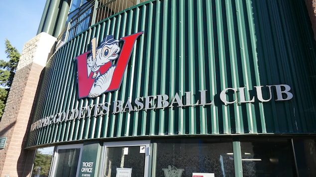 L'entrée du parc Shaw avec le logo de l'équipe de baseball des Winnipeg Goldeyes