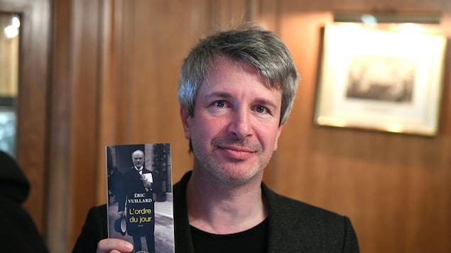 L'écrivain français Éric Vuillard pose avec son livre « L'Ordre du Jour »