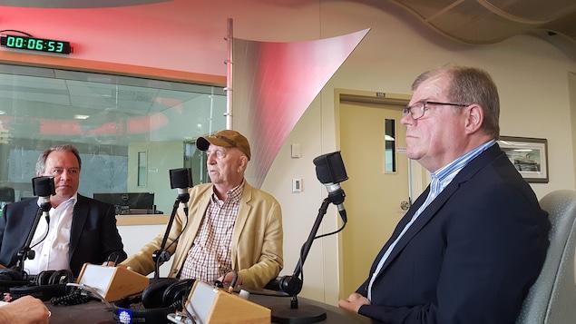 Jean Grégoire, Gonzague Drapeau et René Bélanger sur le plateau radio de l'émission Le monde aujourd'hui