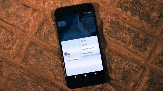 Un téléphone qui affiche l'application Google Assistant.