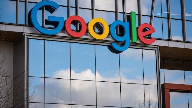 La façade d'un édifice où figure le nom de Google.
