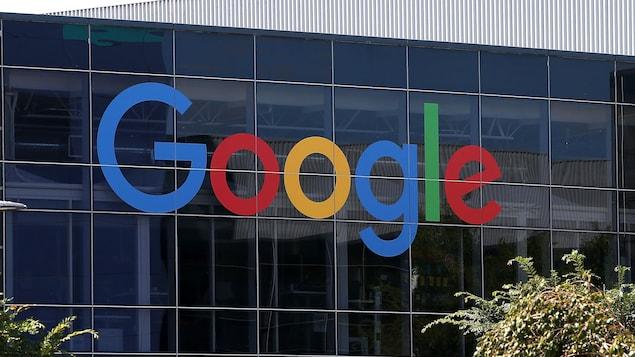 Le logo de Google est inscrit sur des fenêtres du siège social de l'entreprise.
