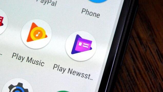 Un gros plan sur l'écran d'un téléphone affichant une liste d'applications.