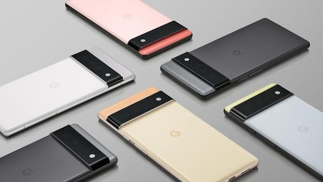 Six téléphones intelligents colorés couchés sur une table grise.