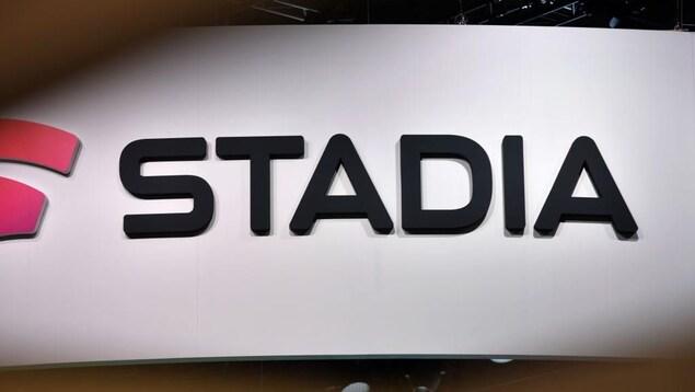 Logo de Stadia, qui est écrit en noir sur un fond blanc