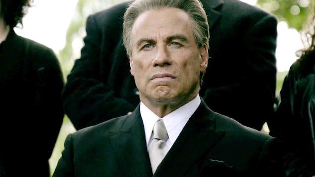 John Travolta, en costume, dans une scène du film <em>Gotti</em>.