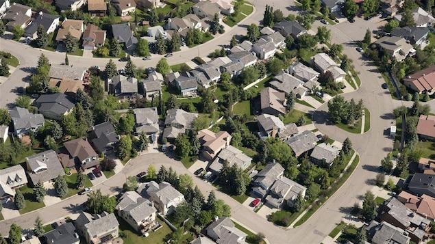 Vue aérienne de maisons dans un quartier résidentiel