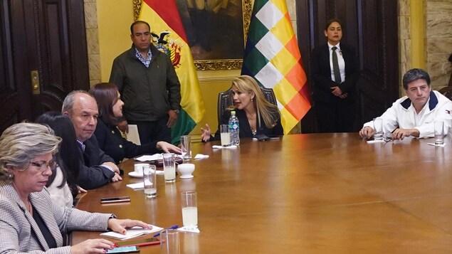 Le nouveau gouvernement bolivien siège autour d'une table.