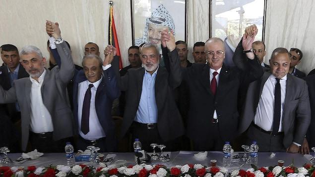 Cinq hommes politiques palestiniens réunis à Gaza.