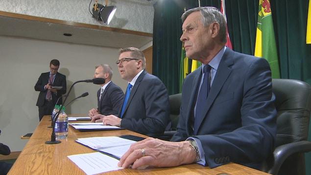 De gauche à droite : le ministre de l'Environnement, Dustin Duncan, le premier ministre Scott Moe et le ministre de la Justice, Don Morgan