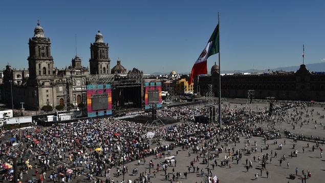 Une foule massée devant le Congrès mexicain, à Mexico.
