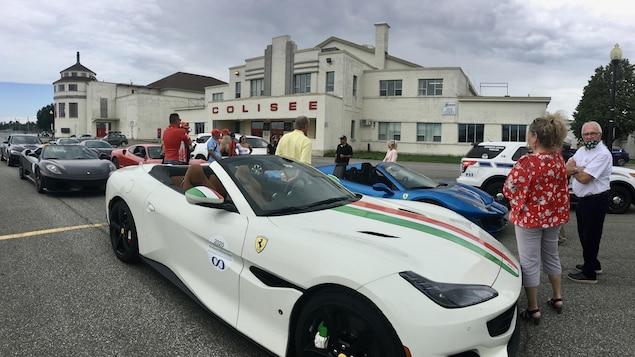 Des voitures de marque Ferrari stationnées devant le Colisée de Trois-Rivières.