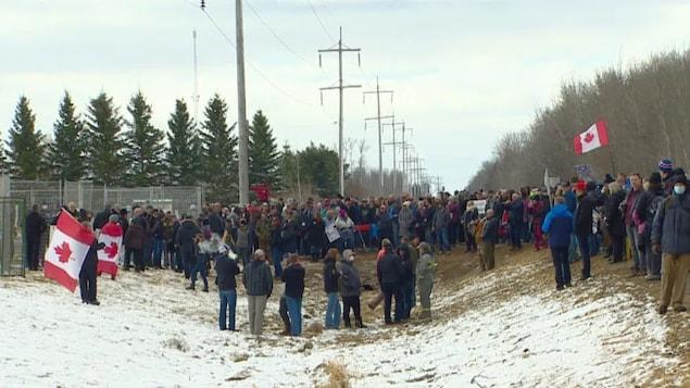 Une foule est réunie devant l'église.