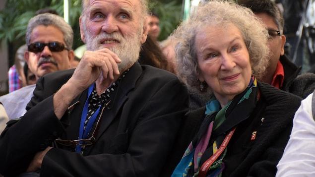 Les deux personnes sont assises côte à côte.