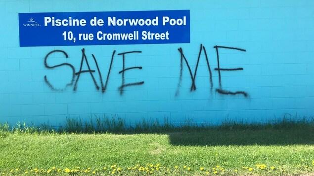 Un graffiti sur le mur de la piscine Norwood à Saint-Boniface qui dit : « Sauvez moi ».